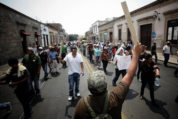 Por la fuerza, moradores de casas del estudiante exigen la inscripción de 1500 jóvenes que reprobaron o ni siquiera presentaron examen de admisión a la Universidad Michoacana