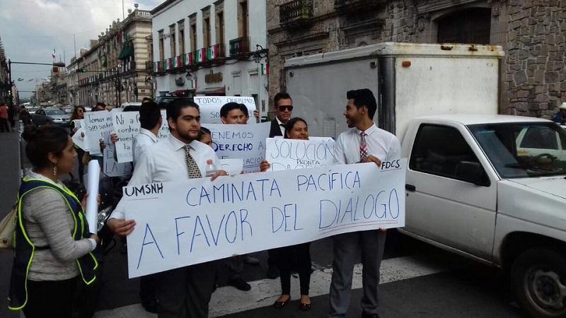 Los manifestantes pidieron una solución pacífica al conflicto generado por los reprobados y rechazados (FOTO: ALTORRE.COM.MX)