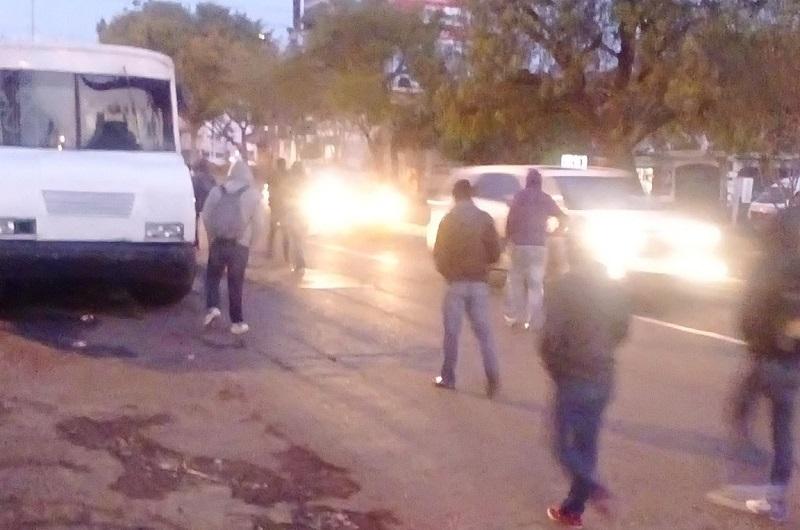 Elementos de la Policía Michoacán de la SSP han arribado a la zona y están dialogando con los manifestantes con la finalidad de que liberen la avenida (FOTO: @MoreliaVial)