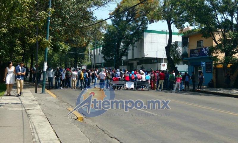 Mientras los miembros de la CUL y del MAR toman la vialidad, a la zona han arribado alrededor de 15 camionetas de la Policía Michoacán con policías antimotines del GOES (FOTOS: FRANCISCO ALBERTO SOTOMAYOR)