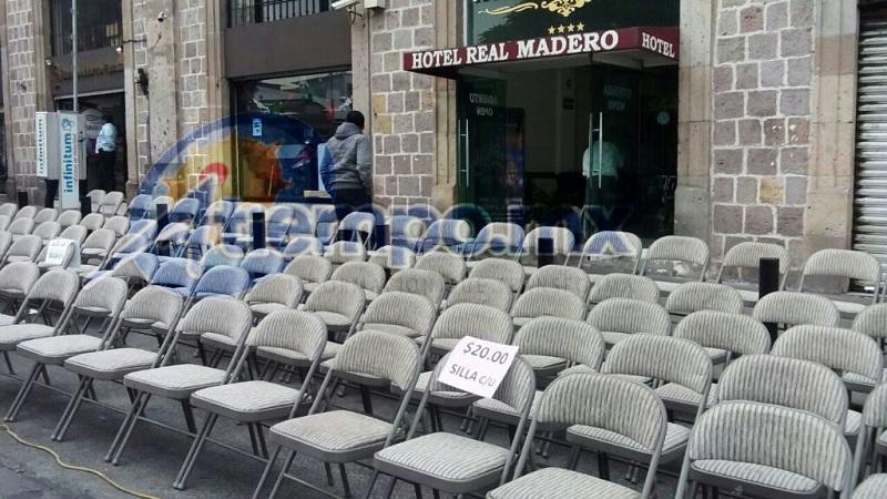 Así los preparativos para el desfile en las primeras horas de esta mañana en la capital michoacana (FOTO: MARIO REBOLLAR)