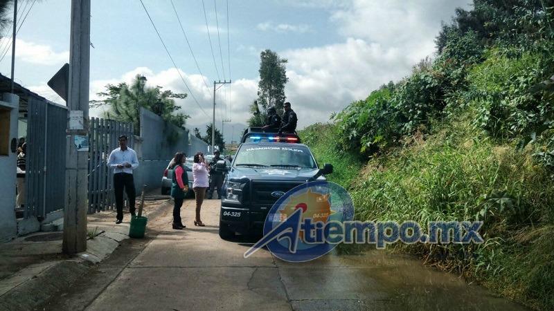 Elementos de la Policía Michoacán pretenden recuperar la unidad que permanece en poder de los normalistas y los productos robados por la vía del diálogo, hasta el momento sin resultados (FOTOS: FRANCISCO ALBERTO SOTOMAYOR)
