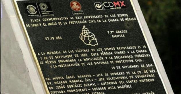 La responsable de la placa fue la diputada perredista Socorro Meza, quien achacó a los proveedores la equivocación, así como a la premura para instalarla