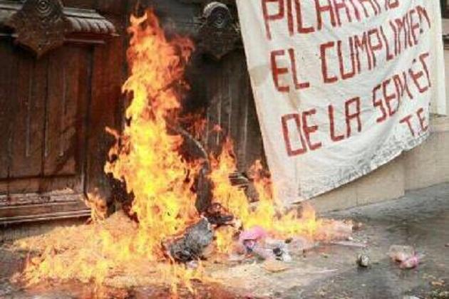 Sin motivo aparente, los agresivos comuneros indígenas intentaron quemar llantas viejas con aserrín en la puerta de la sede del Poder Legislativo