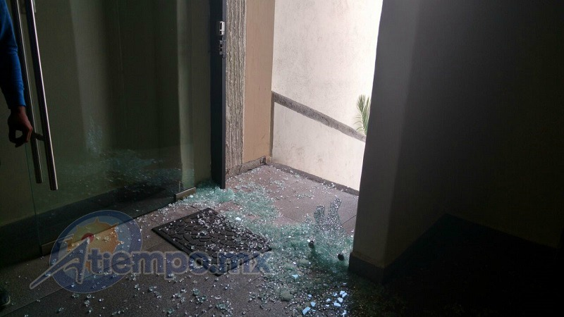 En su intento de huir, la víctima entró a una negociación, pero los delincuentes rompieron la puerta de cristal a balazos y lo jalonearon hasta quitarle su paquete (FOTOS: FRANCISCO ALBERTO SOTOMAYOR)