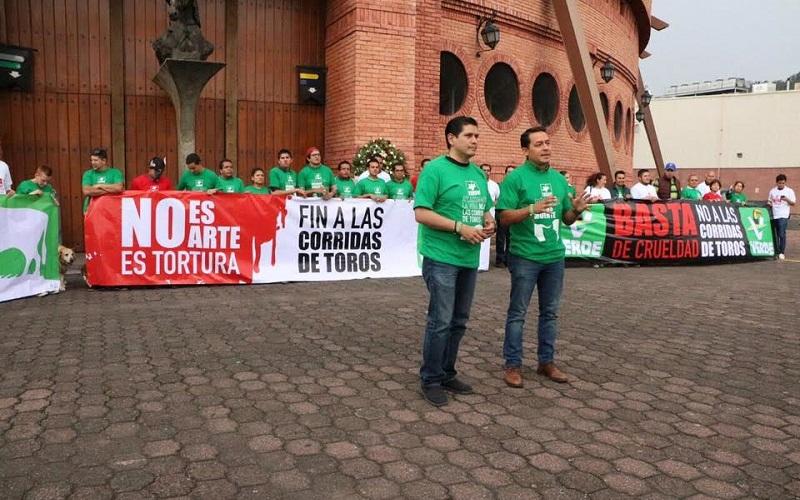 El diputado Ernesto Núñez y el dirigente del Comité Ejecutivo Estatal del PVEM, Jonathan Sanata, presidieron esta actividad en la que se promovió la eliminación de fiestas taurinas a nivel local, regional y nacional