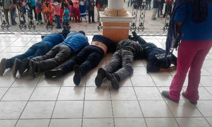 Como se recordará, el pasado 27 de septiembre la Policía Michoacán detuvo a 49 personas, de las cuales 48 eran normalistas, por robar autobuses, camiones de carga y camionetas repartidoras en la zona de Carapan (FOTO: RESPUESTA)