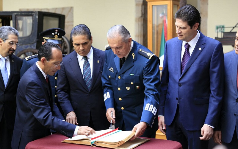 En la Casa Natal y Museo de Morelos el titular de la Sedena firmó el libro de invitados especiales