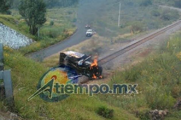 En esta ocasión la Policía Michoacán de la SSP se mantuvo sólo observando a la distancia a los delincuentes (FOTOS: FRANCISCO ALBERTO SOTOMAYOR)