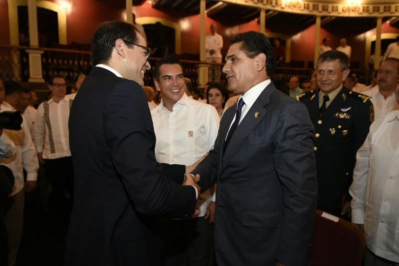 En este marco, el mandatario michoacano felicitó a su homólogo colimense y le reiteró su compromiso por emprender acciones conjuntas