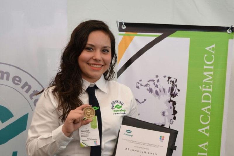 Berenice Valencia Elizondo recibió la Medalla ICA en reconocimiento a su excelencia académica