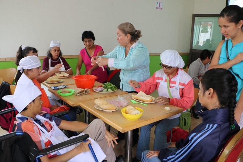 Estos talleres se realizan en conjunto con el Grupo Incluyente (antes grupo CRECE) y actualmente hay 27 personas de las cuales 10 son hombres y 17 mujeres, con edades de los 18 a 43 años
