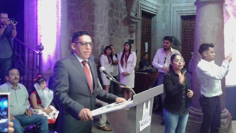 Ruiz Ramírez también se dijo orgullosamente egresado de instituciones de educación pública, y se pronunció porque se trabaje de manera ardua para la defensa de la misma en beneficio de los michoacanos