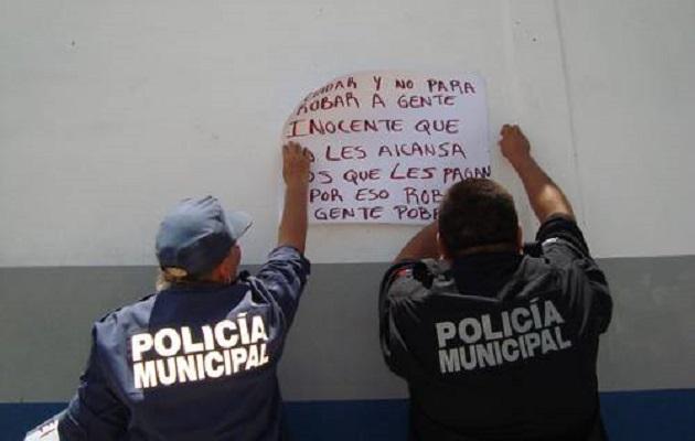 Desde primera hora de esta mañana, decenas de agentes se manifiestan frente al Palacio Municipal de Lázaro Cárdenas, donde exigen ser atendidos (FOTO: ARCHIVO)