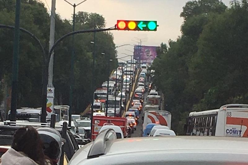 Semáforo inservible provoca caos vehicular en Morelia