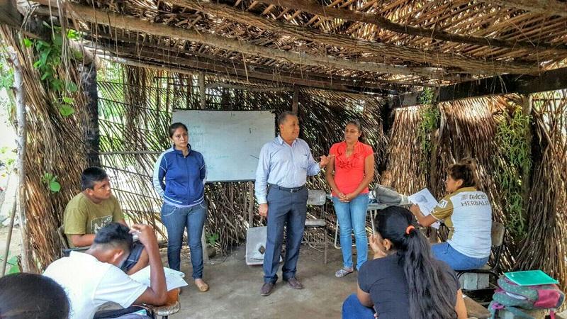 El titular de Telebachillerato Michoacán, Francisco Mora Ciprés, destacó la importancia del trabajo coordinado con las autoridades municipales para brindar apoyo a los centros de educación en las comunidades rurales de la Costa