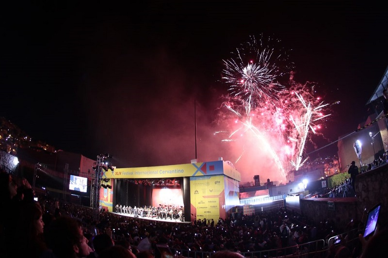 Durante más de hora y media de concierto, la fusión de la Orquesta con el Mariachi, interpretando la tradicional Música mexicana, deleitó a todos los presentes
