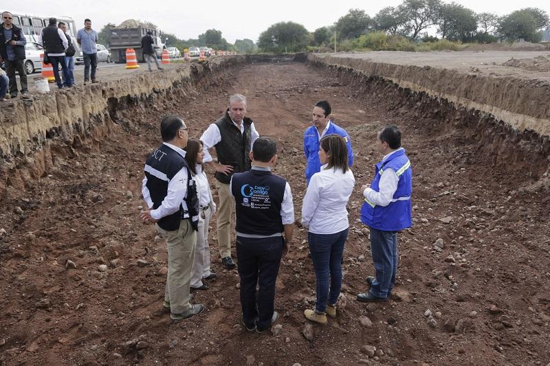 La construcción cuenta con una inversión de 92 millones 945 mil pesos, obra que servirá como vía alterna, mejorando el flujo vehicular, tiempos de traslados, una mejor conducción pluvial y seguridad