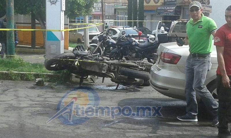 De acuerdo con testigos presenciales, el vehículo podría ser robado, pues no tiene placas, además de que de su interior sacaron una computadora, bocinas y otros aparatos electrónicos