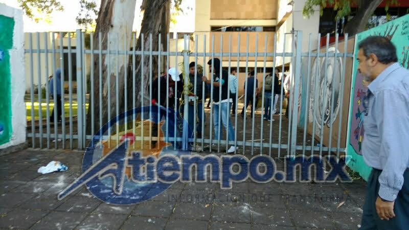 En estos momentos, elementos de la Policía Michoacán arribaron al lugar y pretenden poner orden en la zona; las calles aledañas a la escuela se encuentran cerradas (FOTOS: FRANCISCO ALBERTO SOTOMAYOR)