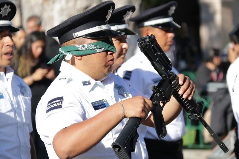 Tras recibir de manera simbólica el equipo y vestuario, así como los certificados de policías recién graduados, los elementos de seguridad exhibieron, vendados de sus ojos, sus habilidades en el desarme y arme del armamento de cargo