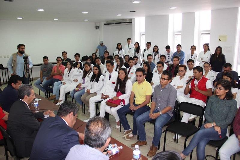 Se reúne el rector Medardo Serna con jefes de grupo de la Facultad de Medicina a quienes pide mantener la prudencia