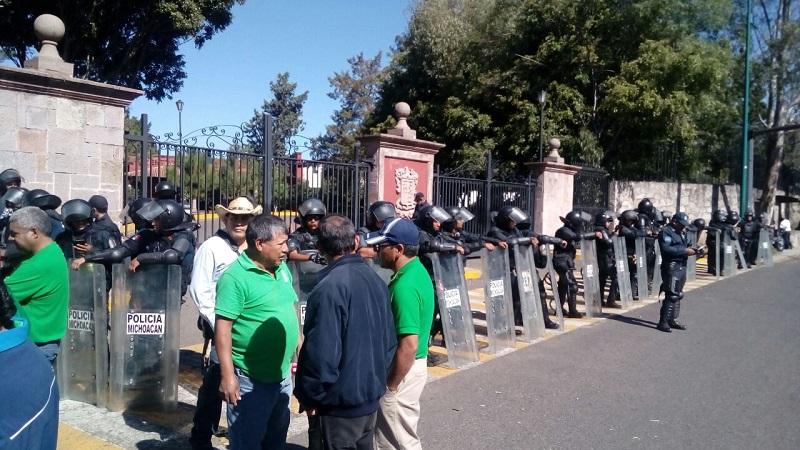 En ese contexto, realizaron una manifestación frente a Casa de Gobierno, residencia oficial del titular del Ejecutivo estatal