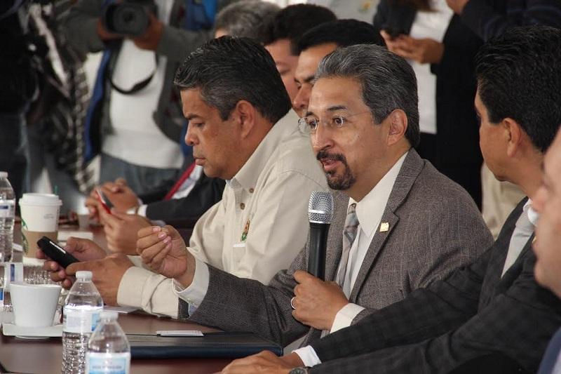 Medardo Serna, junto con las autoridades de las facultades de Derecho y Odontología, dio respuesta a cada uno de los cuestionamientos