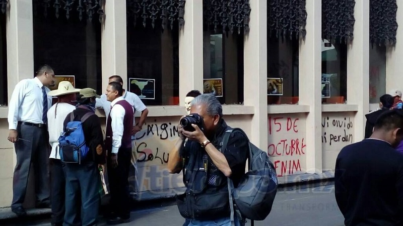 """Los manifestantes, casi todos con el rostro cubierto, fueron pintarrajeando a su paso edificios históricos, cantera, negocios y equipamiento urbano para protestar contra la supuesta """"represión"""" de la que son objeto (FOTOS: MARIO REBOLLAR)"""