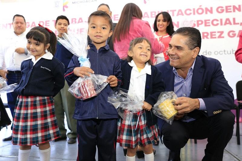 Aureoles Conejo reiteró su compromiso de seguir trabajando para dignificar los espacios donde los alumnos reciben clases, y mejorar las condiciones sobre todo de los que requieren de una atención especial