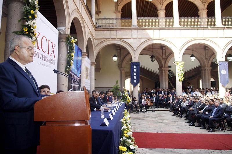 Gerardo Sánchez, al dirigirse a los jóvenes estudiantes que recibieron por su excelencia en el desempeño académico el Premio Padre de la Patria, invocó a su espíritu universitario