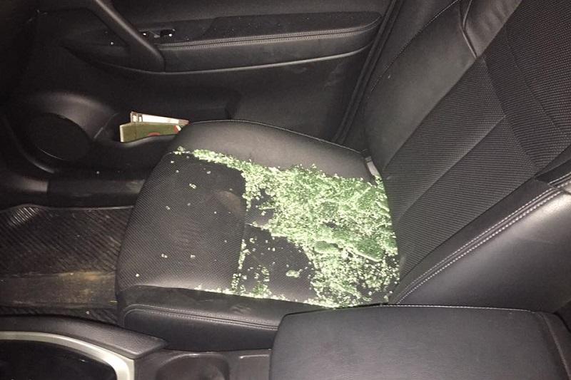De acuerdo con Moncada Sánchez, los hechos ocurrieron en la calle Batalla de la Angostura de la colonia Chapultepec Sur, donde le rompieron un cristal a su vehículo Jetta y le robaron unos lentes
