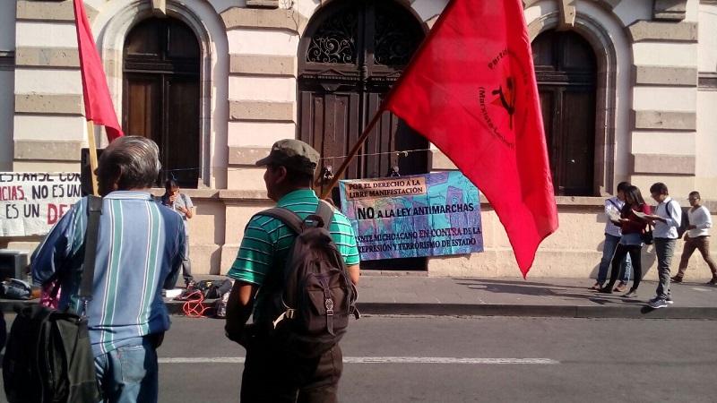 Entre los manifestantes se encontraban unos que dicen ser del Frente Michoacano en Contra de la Represión de Estado