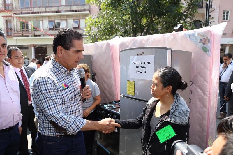 """""""No los dejaremos solos, seguiremos trabajando con sensibilidad y humanidad"""", asegura Silvano Aureoles"""