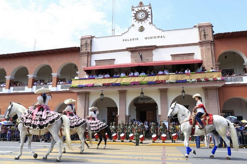 El desfile se registró sin novedad alguna y tuvo la participación de 6 mil 117 alumnos, 45 profesores pertenecientes a 76 planteles educativos, además de personal de la Policía Michoacán y del Ejército Mexicano