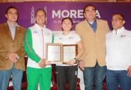 El titular del IMDE, Gustavo Juárez Bedolla, le entregó a la especialista en caminata dos reconocimientos, el primero de ellos a nombre del Ayuntamiento de Morelia y el otro por el IMDE y UMSNH