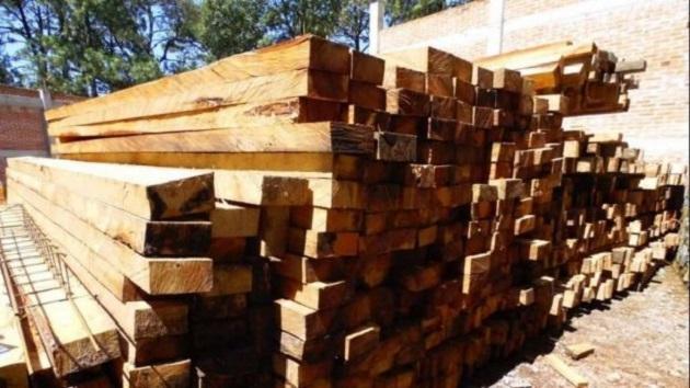 Asimismo, la Policía Michoacán, decomisó los tres vehículos en que transportaban el producto forestal, esto como parte de una serie de operativos de inspección para evitar la comercialización ilegal de materiales forestales