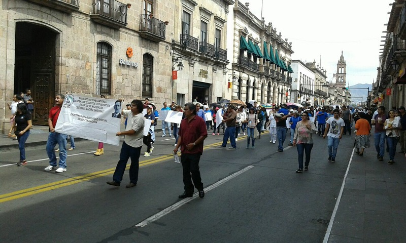 Los manifestantes gritaron consignas contra los gobiernos federal y estatal