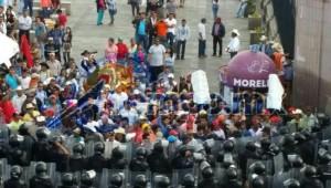 Los manifestantes se habían manifestado por la mañana, sin cerrar la vialidad, en el Libramiento Sur, frente a Casa de Gobierno, desde donde se trasladaron en cuatro autobuses a la Avenida Madero, frente a Palacio de Gobierno (FOTOS: MARIO REBOLLAR)