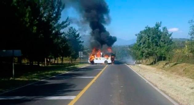 En el primero de los casos se trató de una camioneta de una empresa comercial fue incendiada en medio de plena carretera por un grupo de alrededor de 30 jóvenes de la Escuela Normal Indígena de Michoacán