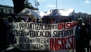 En el grupo de manifestantes se observan miembros de sindicatos, partidos políticos, organizaciones indígenas y presuntos organismos defensores de los derechos humanos (FOTO: MARIO REBOLLAR)