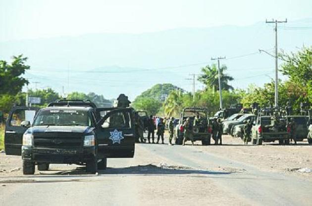 Al circular a la altura de la carretera federal 200 Manzanillo-Lázaro Cárdenas, los policías fueron agredidos a balazos por sujetos desconocidos que se dieron a la fuga