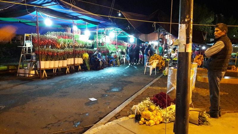 Este lunes terminaron de instalarse 267 comerciantes que venderán la flor típica del Día de Muertos en distintos puntos del municipio y algunos de los cuales comenzaron a establecerse desde el pasado 28 de octubre