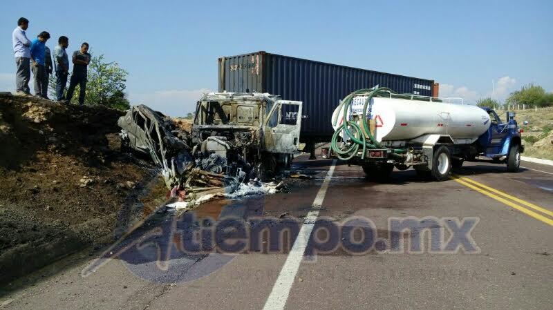 La circulación se vio afectada por horas en la zona del accidente (FOTOS: FRANCISCO ALBERTO SOTOMAYOR)