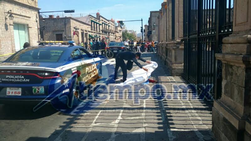 Agentes de la Policía Michoacán cierran dos carriles de la Avenida Madero en espera de la llegada de la UEEC (FOTOS: FRANCISCO ALBERTO SOTOMAYOR)
