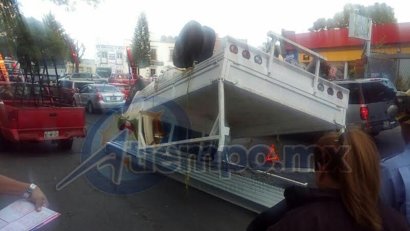 Elementos de la Policía Municipal debieron cerrar parcialmente la vialidad mientras se realizaban las labores de retiro de la unidad (FOTO: FRANCISCO ALBERTO SOTOMAYOR)