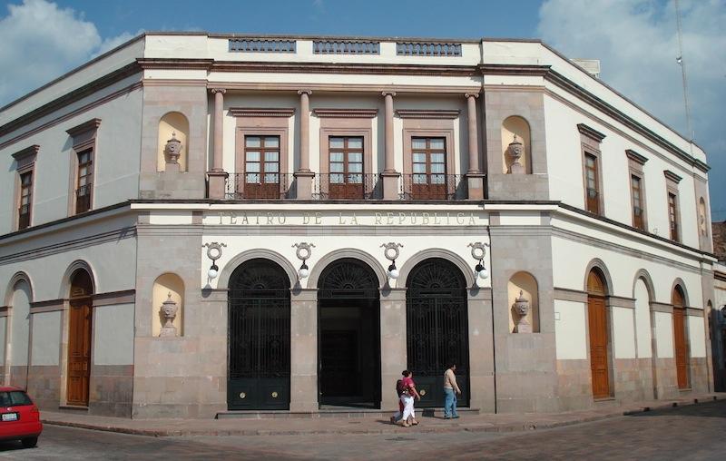 El pasado 2 de junio el gobernador de Querétaro, Francisco Domínguez Servién, dio a conocer que la Fundación Josefa Vergara y Hernández puso a la venta el edificio a un precio de 100 millones de pesos