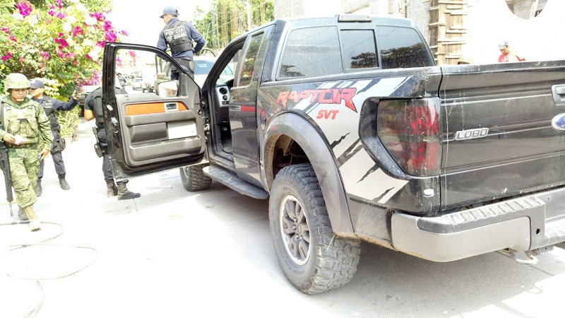 Luego de que la mañana de este lunes civiles bloquearan el acceso al municipio de Buenavista con un autobús de pasajeros y un camión comercial, elementos de la SSP y del Ejército Mexicano arribaron al lugar.