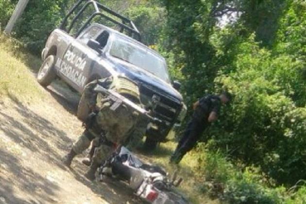 Los vehículos, presuntos implicados, arma de fuego y droga fueron puestos a disposición de la autoridad competente