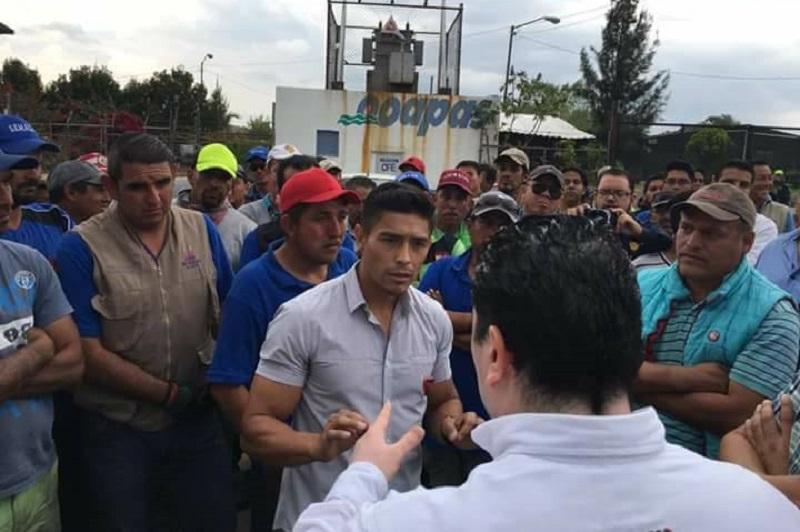 Molina Sánchez, hijo del eterno líder del SEMACM, retó a los golpes al secretario general del SIDEMM, Ernesto Santamaría, pero finalmente fue contenido por sus propios compañeros (FOTO: MARIO REBOLLAR)